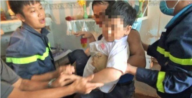 Hai giờ thót tim giải cứu bé trai bị mắc kẹt giữa khe tường hẹp vì đuổi theo mèo 2