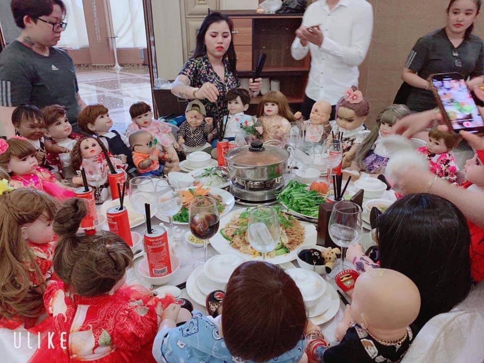 Dân mạng xôn xao hình ảnh 10 thanh niên ôm búp bê KumaThong đến dự đám cưới 1