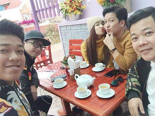 So kè gout đồ đôi của cặp Trường Giang - Nhã Phương và Trấn Thành - Hari Won 11