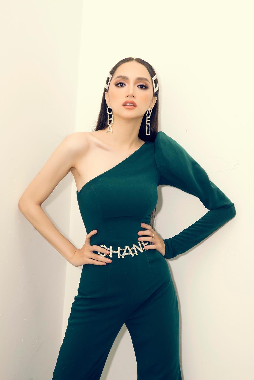 Hoa hậu Hương Giang bị đồn cắt xương sườn để sở hữu vòng eo 56cm 1