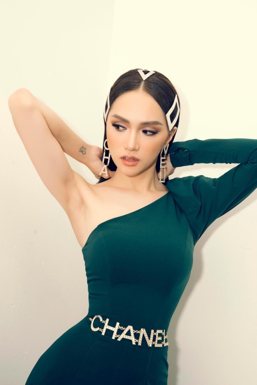 Hoa hậu Hương Giang bị đồn cắt xương sườn để sở hữu vòng eo 56cm 4
