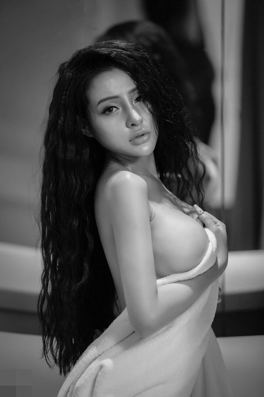 Bạn gái Lương Bằng Quang người không mảnh vải, khoe thân phản cảm trên giường sau PTTM 3