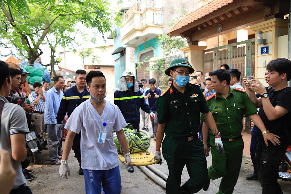 Vụ cháy làm 8 người chết ở Hà Nội: Mẹ gào khóc, ngất xỉu đợi nhận thi thể con 2