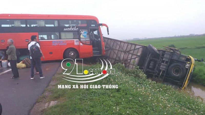 Nam Định: Tai nạn giao thông liên hoàn, xe khách 45 chỗ lao xuống ruộng 1