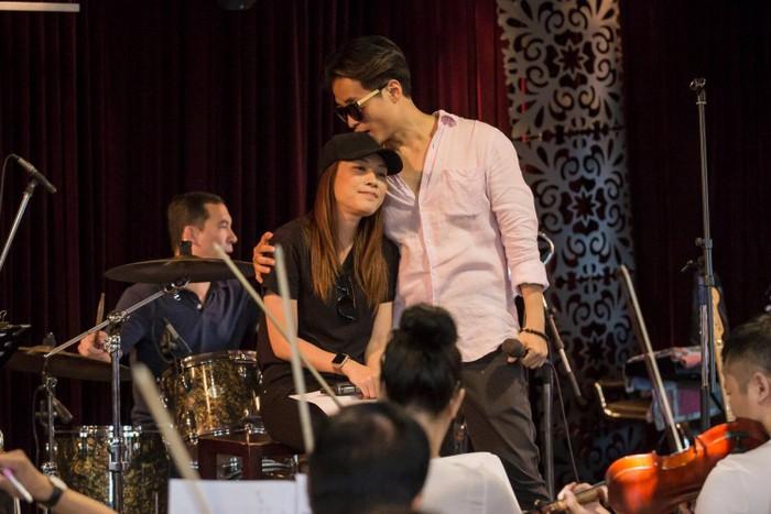 Mỹ Tâm và Hà Anh Tuấn bị fan bắt gặp ôm nhau thắm thiết tại quán nhậu 7