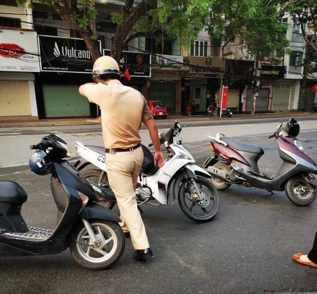 Hình ảnh đẹp: CSGT trầy xước sau va chạm xe máy với người phụ nữ và câu nói đáng giá 2