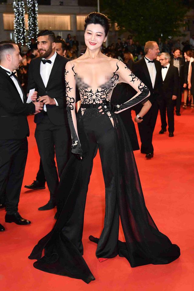 Không chỉ Ngọc Trinh, thảm đỏ Cannes từng chứng kiến nhiều sao thế giới diện đồ phản cảm 4
