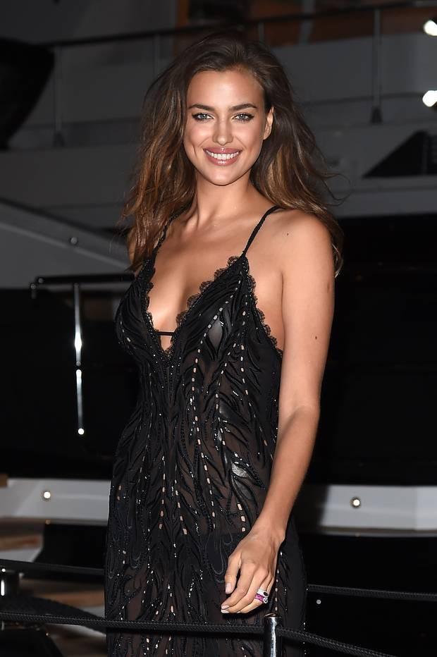 Không chỉ Ngọc Trinh, thảm đỏ Cannes từng chứng kiến nhiều sao thế giới diện đồ phản cảm 14