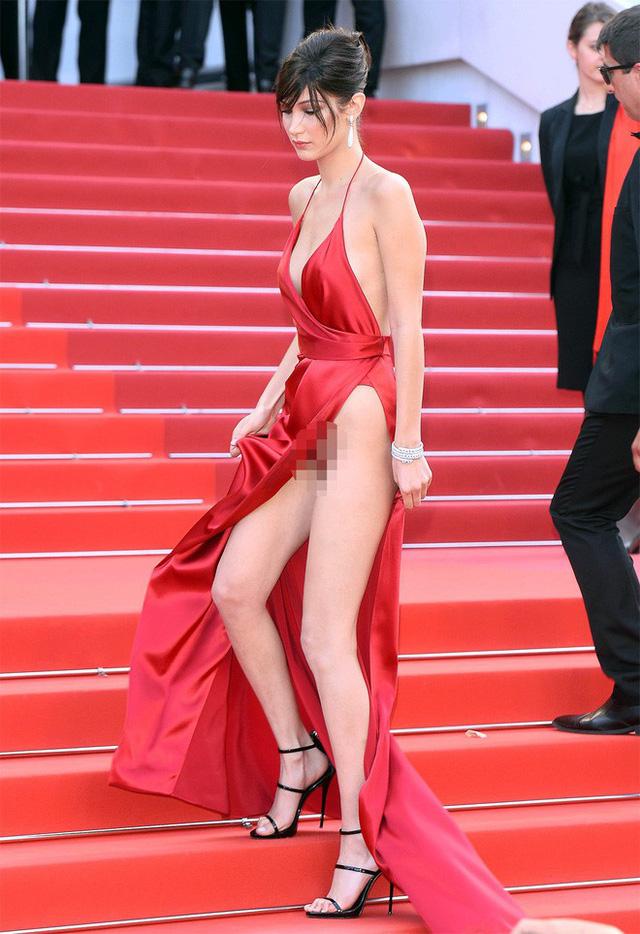 Không chỉ Ngọc Trinh, thảm đỏ Cannes từng chứng kiến nhiều sao thế giới diện đồ phản cảm 11