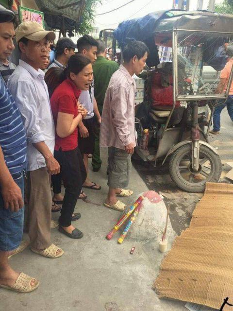 Xe ba gác lật nghiêng khi xuống dốc, đè chết người đi xe máy ở Hà Nội 2