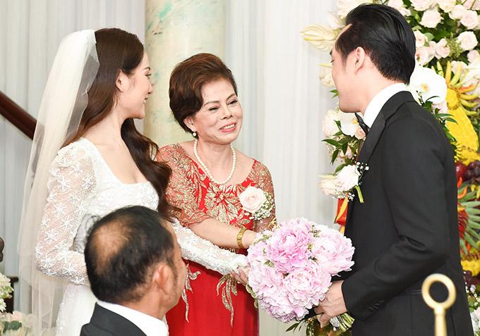 Dương Khắc Linh hạnh phúc trao nhẫn kim cương cho Ngọc Duyên trong ngày rước dâu 3