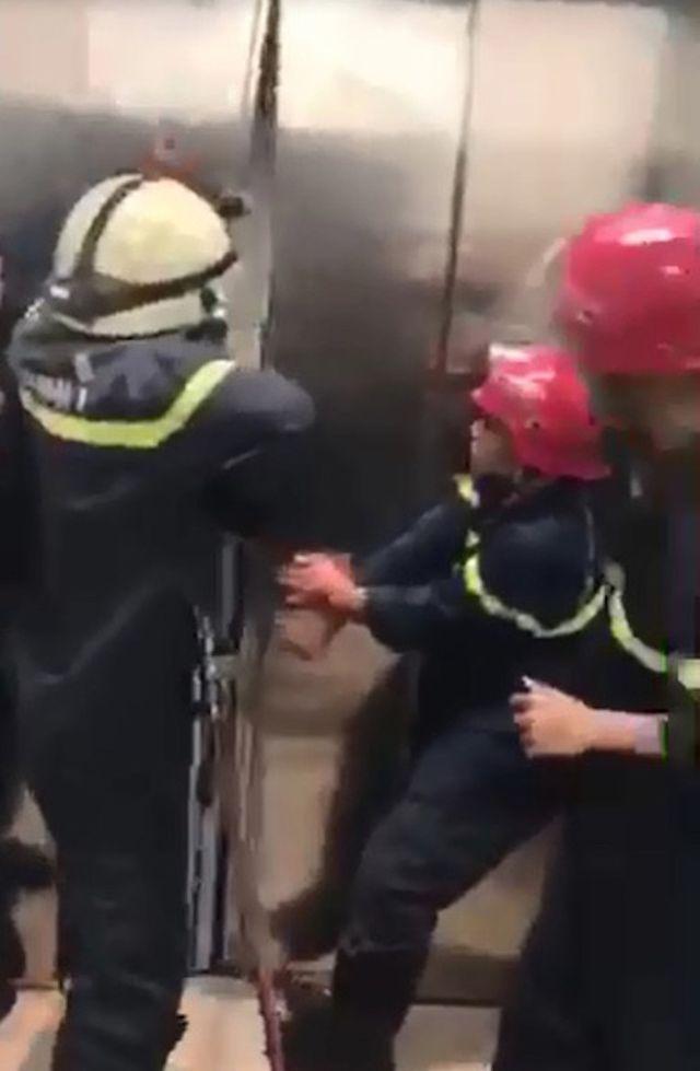 Cảnh sát phá cửa thang máy cứu sống 21 người mắc kẹt lúc nửa đêm 2