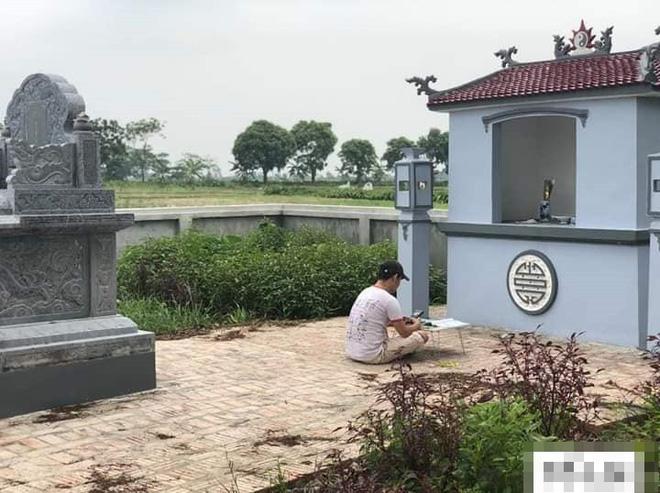 Chàng trai cầm sách vở ra mộ cụ ôn bài trước kỳ thi THPT quốc gia 2019 khiến MXH xôn xao 2