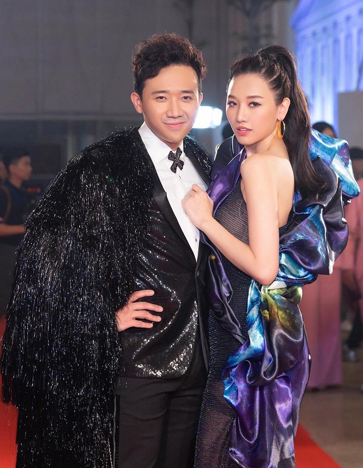 Trấn Thành cùng Hari Won đi dự sự kiện, fan bất ngờ soi ra 'tiểu xảo' của nam danh hài 2
